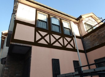 壁は薄いピンク・帯部分はブラウンのカラーシミュレーション