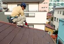 普段見えない屋根のチェックをする作業員