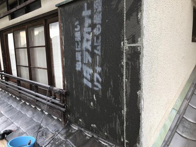 御所市の和風住宅のモルタルを剥がした外壁に断熱材を設置