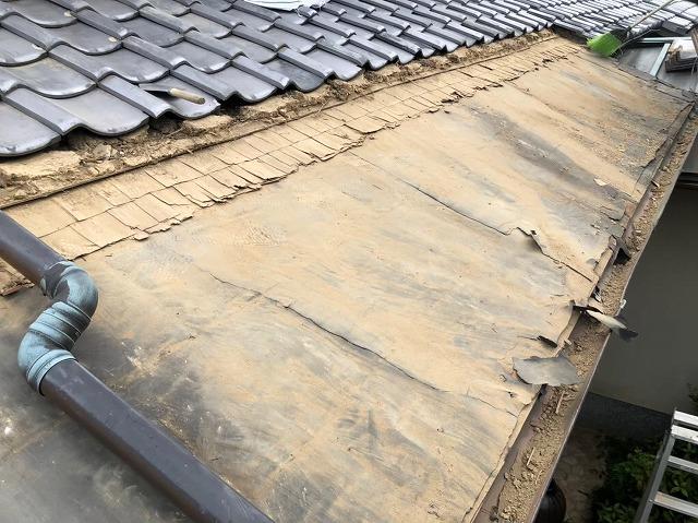 御所市の和風住宅の銅板屋根部分の掃除