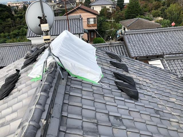 御所市の和風住宅の屋根の崩れた棟瓦の応急処置