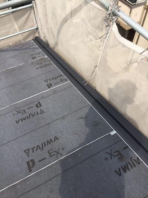 葛城市の新築戸建て住宅の屋根、水切り板金の設置