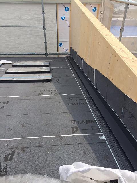葛城市の新築戸建て住宅の屋根、パラペットに水切り板金の設置