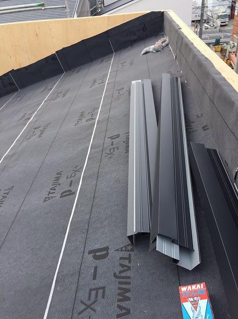 葛城市の新築戸建て住宅の屋根、パラペット部分に防水紙