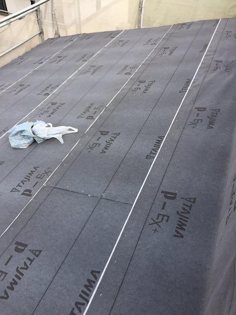 葛城市の新築戸建て住宅の屋根、防水紙の設置