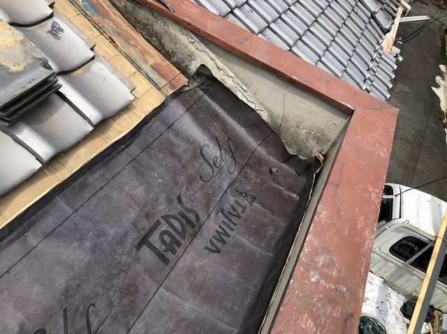 奈良市でパラペットに防水紙を設置している様子