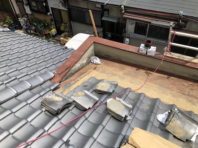 奈良市でパラペット周りの瓦をどけた様子