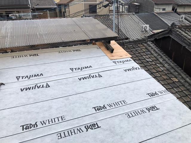 奈良市の葺き替え工事で防水紙を設置