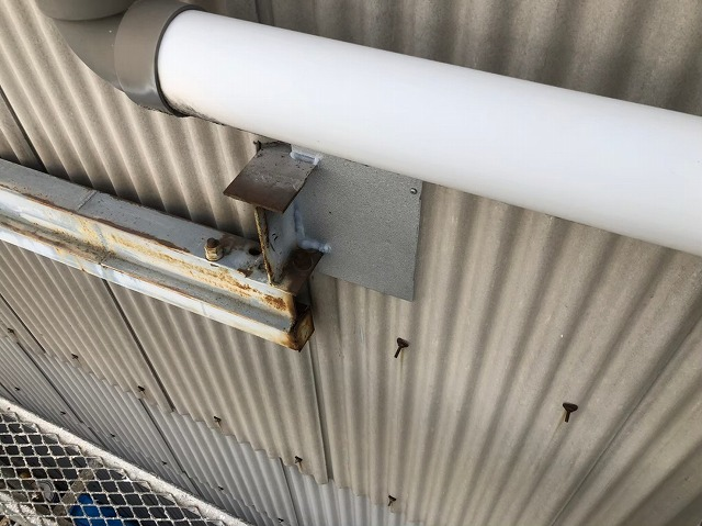 香芝市の大型工場で雨樋を交換