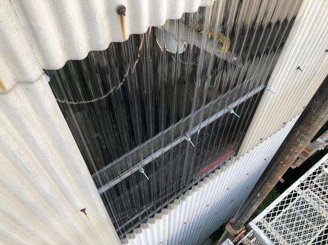 香芝市の大型工場の壁に明り取りを設置