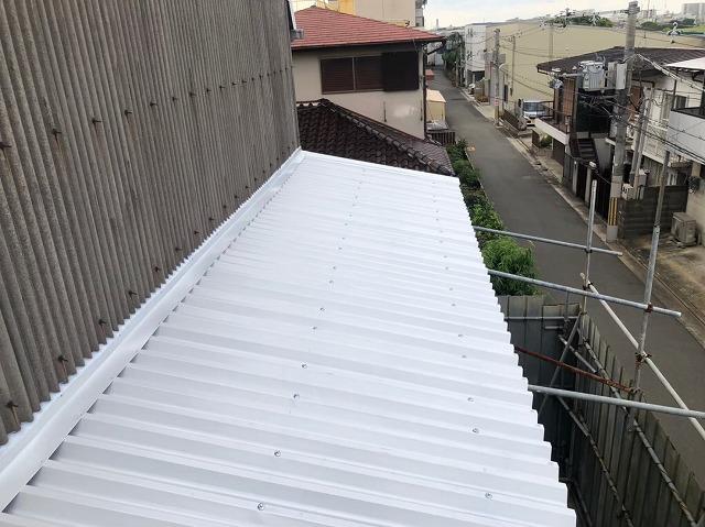 香芝市の大型工場で下屋根にリファインルーフをカバー工法で設置