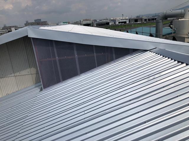 香芝市の大型工場で雨仕舞いとして水切り板金を設置