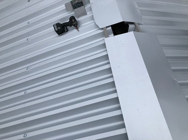 香芝市で換気棟を設置中の工場の屋根