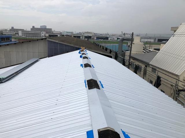 香芝市の工場で換気棟の設置と水切り板金を設置し雨仕舞いをしました