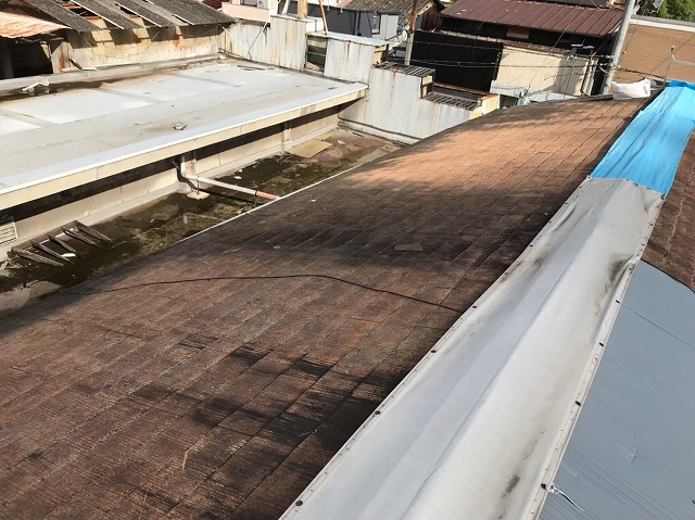 橿原市で築37年経年劣化で剥がれを起こしたスレート屋根の現場調査