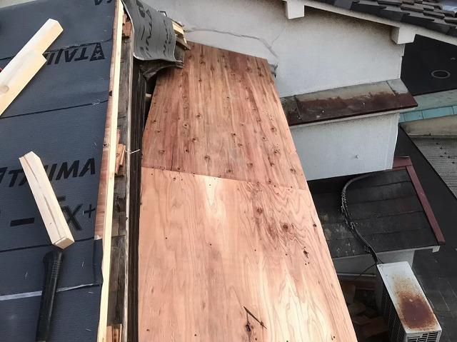 差し掛け屋根の葺き替え工事開始