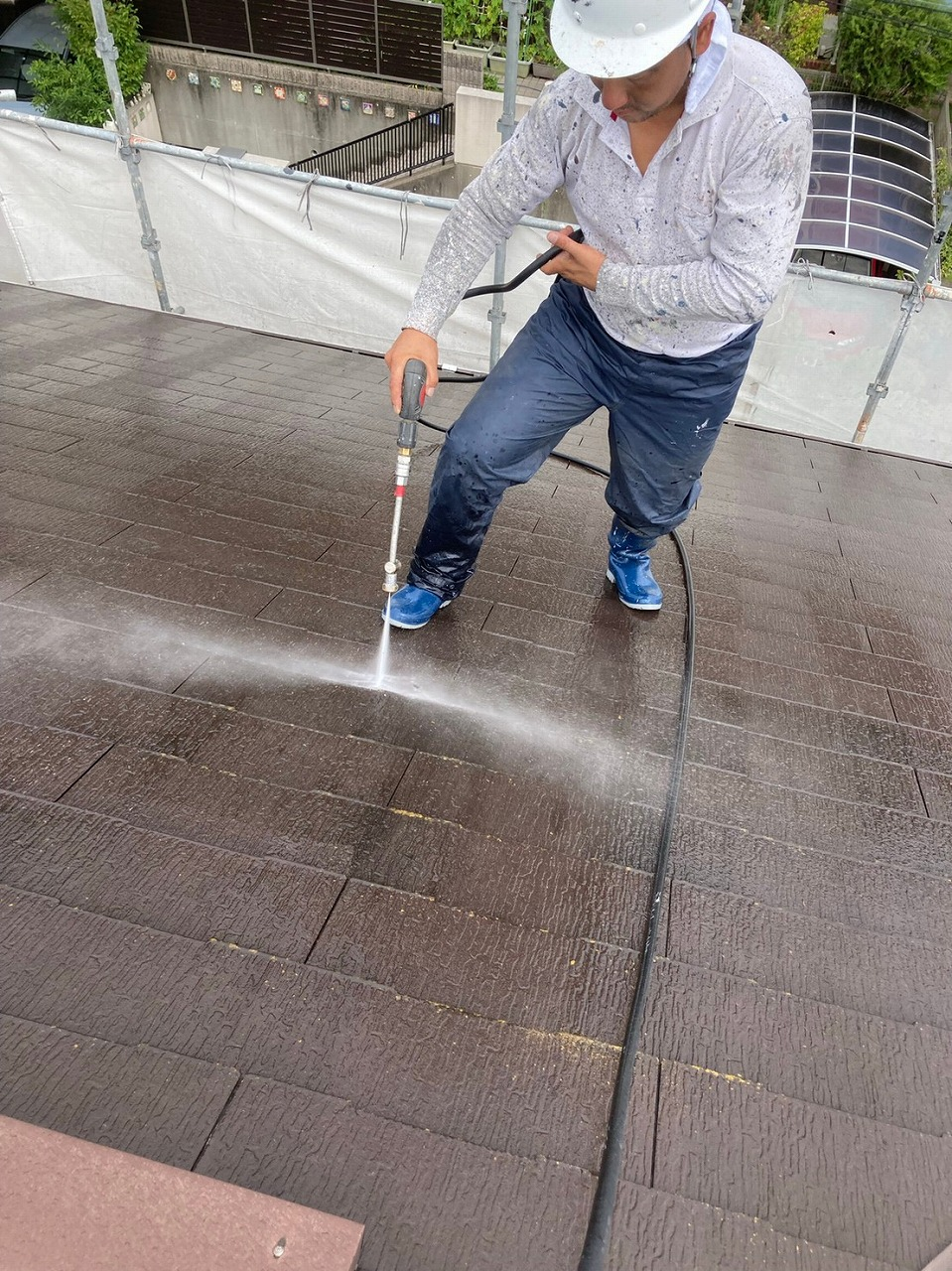 生駒市の屋根塗装現場で屋根の洗浄作業