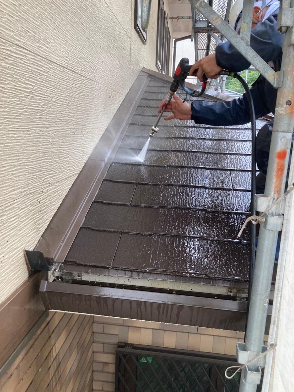 生駒市の屋根塗装現場で屋根の洗浄作業開始