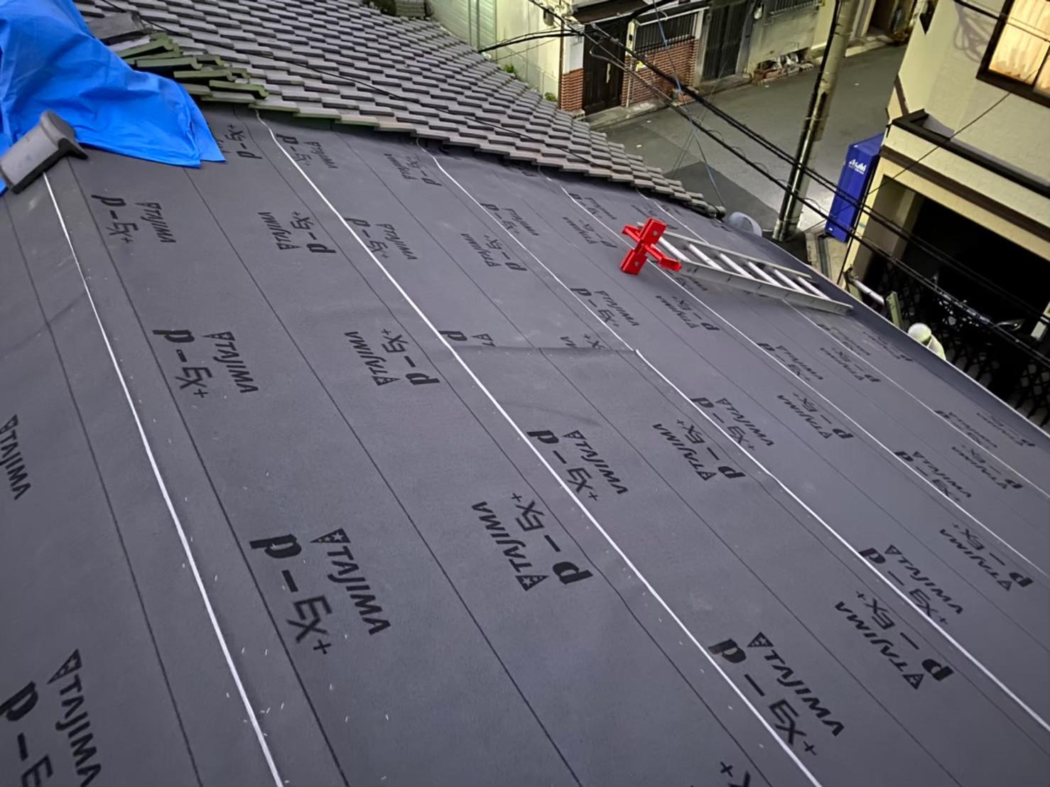 奈良市の瓦屋根葺き替え工事で防水紙を設置した様子