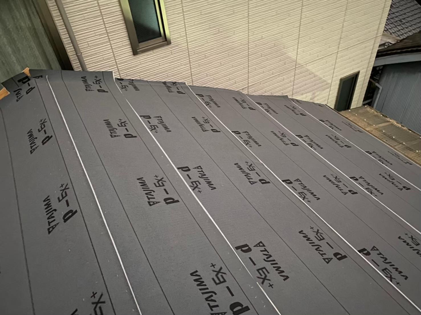 奈良市の長屋の葺き替え工事で防水紙を設置