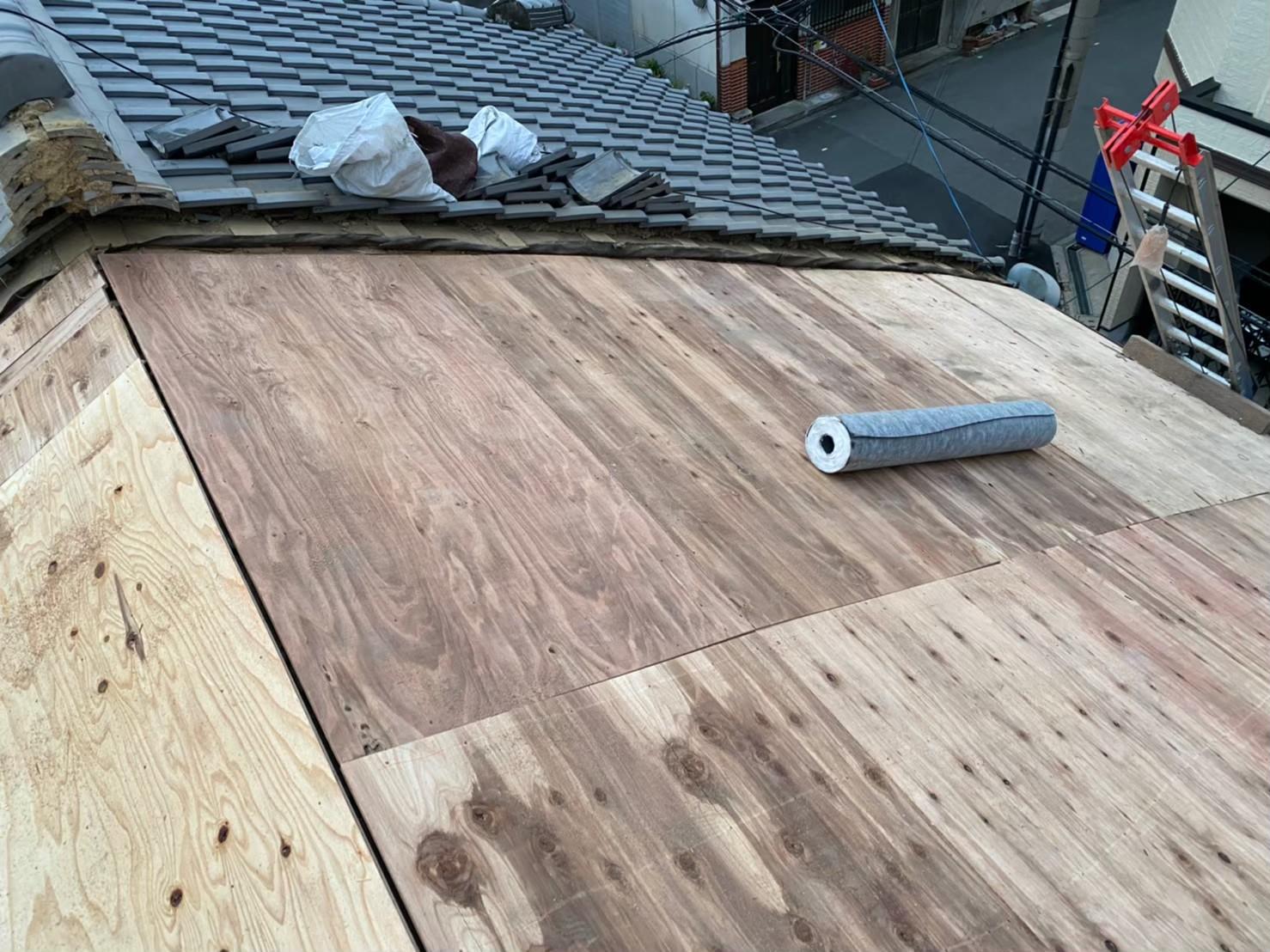 奈良市の和瓦屋根の葺き替え工事で野地板のメンテナンス