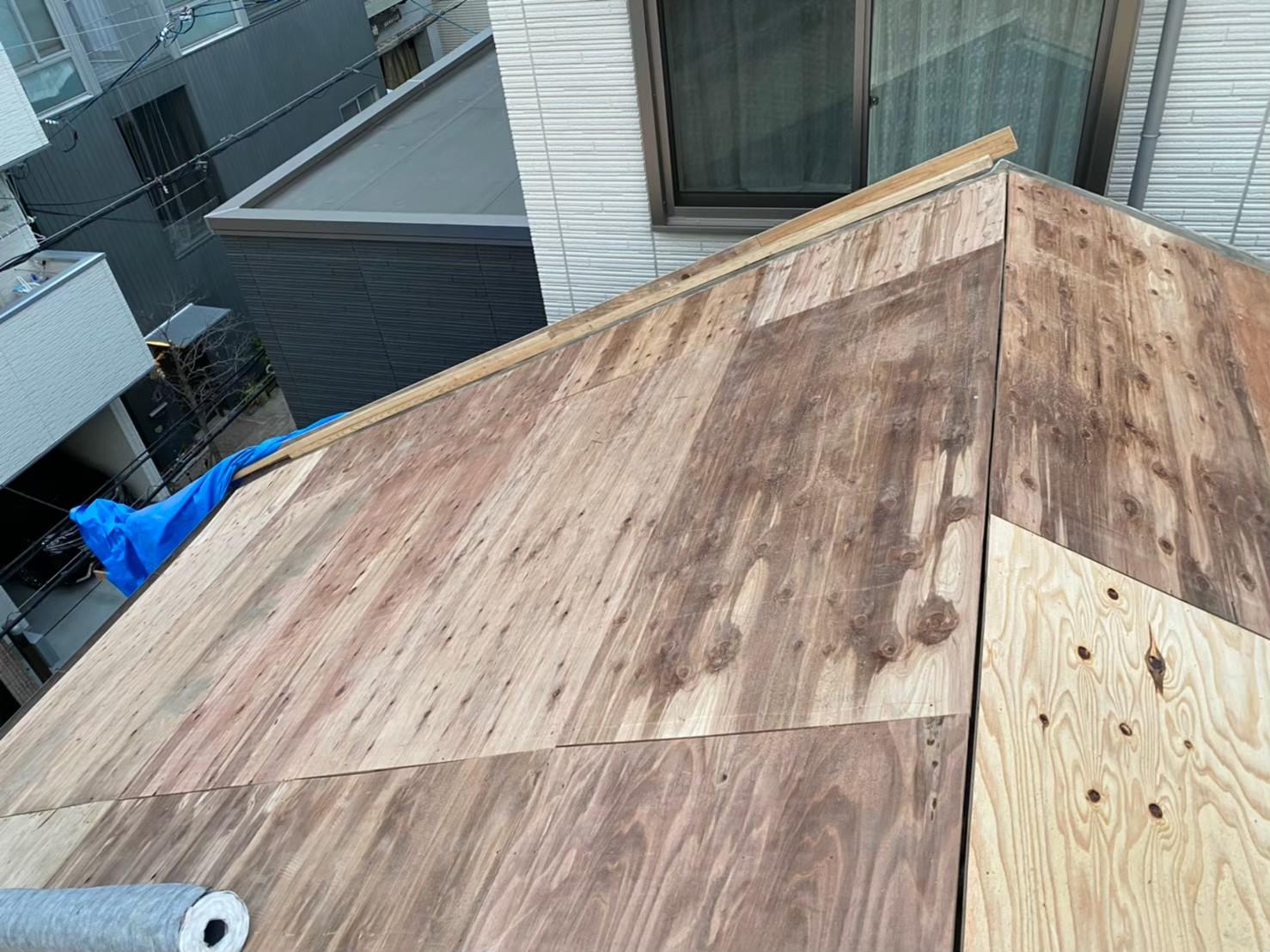 奈良市の長屋の葺き替え工事で構造用合板を設置
