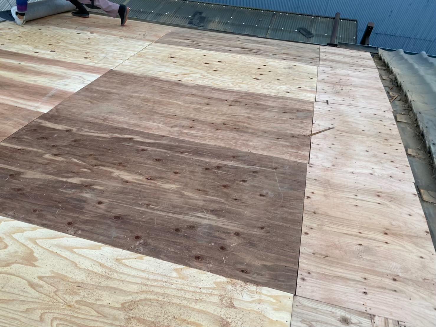 奈良市の葺き替え工事で野地板を設置