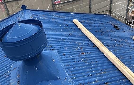 王寺町のスレート波板屋根のルーフファン