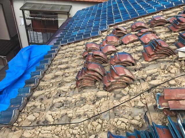 奈良市の長屋のリフォーム工事中、土葺きの瓦屋根