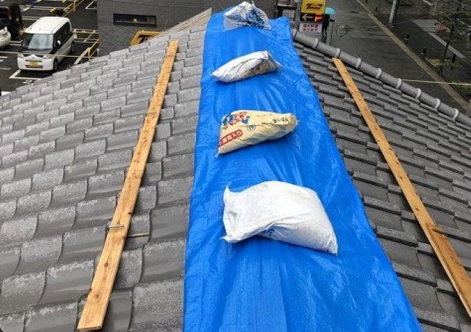 奈良の複合屋根の棟に雨養生