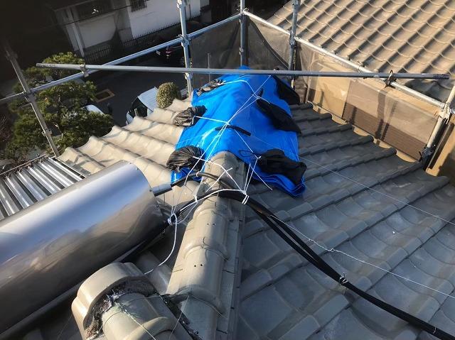 生駒市の雨養生済の崩れた棟瓦