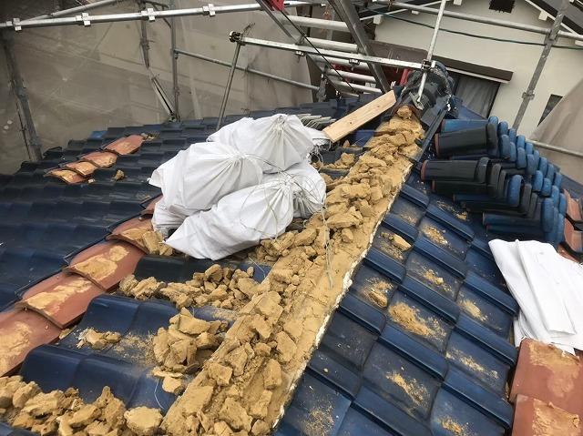 生駒市で棟瓦の撤去作業