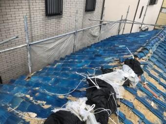青い瓦屋根の棟瓦のズレ