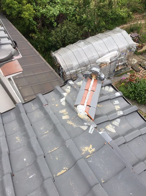 斑鳩町の隅棟の棟瓦積み直し中