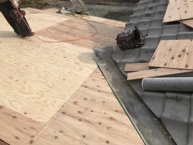 大和郡山市の釉薬瓦屋根の野地板増し張り