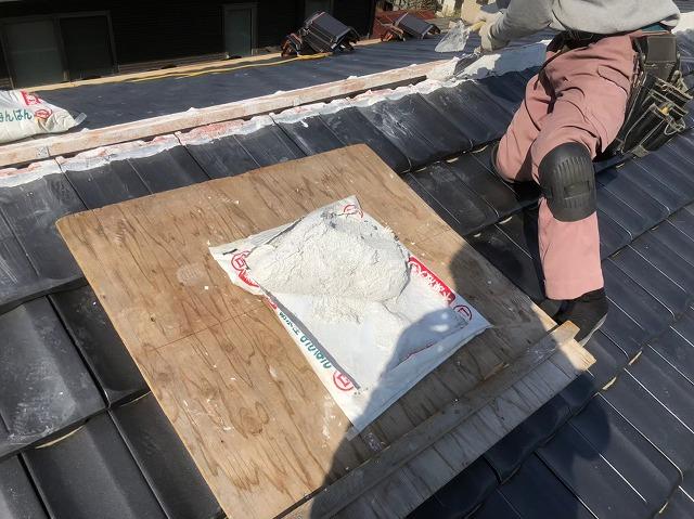 香芝市の棟瓦設置のための漆喰準備