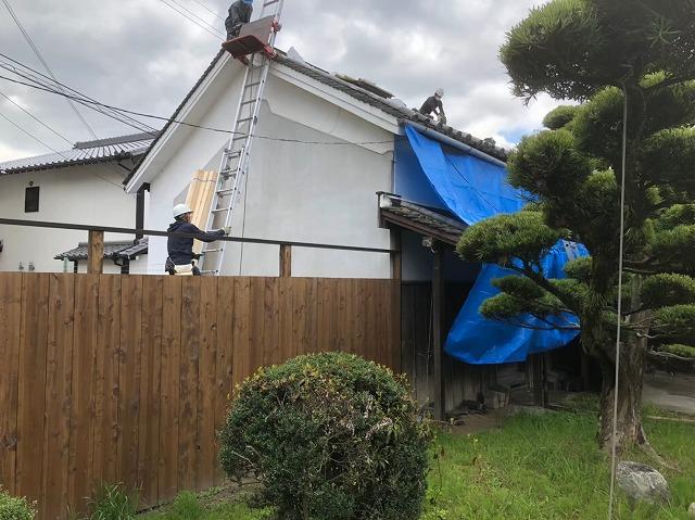 葺き替え工事中の様子