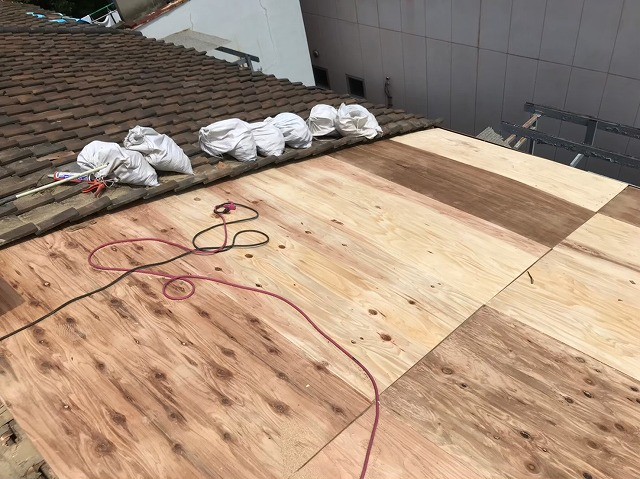 奈良市で野地板のメンテナンスをしている様子