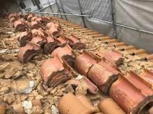 斑鳩町で瓦の解体作業