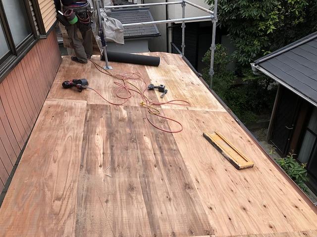 王寺町の下屋根を構造用合板を増し張り作業