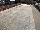瓦を剥がしていく屋根の様子