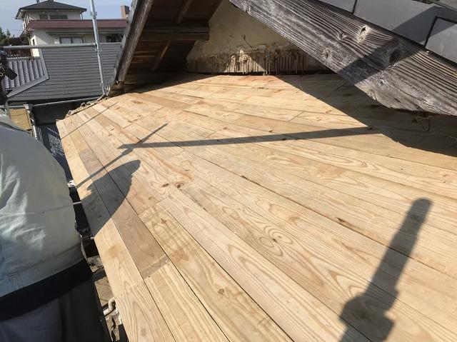 王寺町で野地板のバラ板を設置