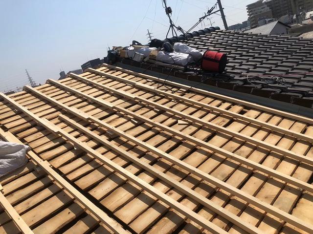 バラ板の不陸調整と隣の屋根