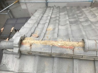 棟瓦は一部分が剥がれています