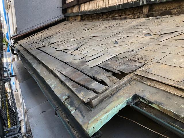 奈良市の雨漏り修理での下屋根の既存の野地板の様子