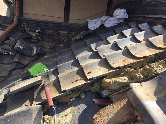 葺き土で瓦を固定