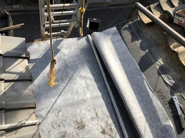 奈良市の下屋根の雨漏り補修で新しい防水紙張り