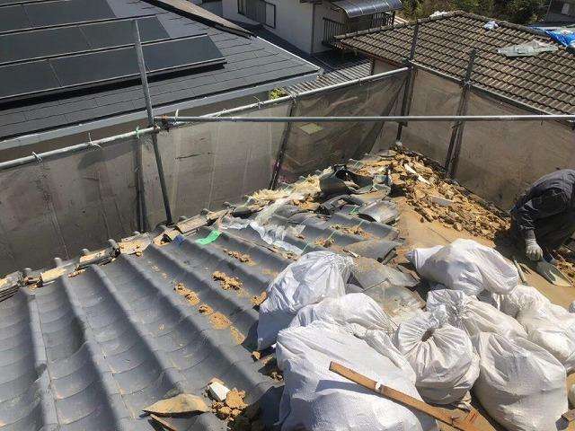 屋根葺き替え工事の瓦撤去作業