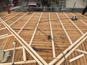 大屋根の下地を不陸調整