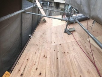 下屋根に野地板を増し張り